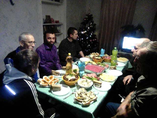 novogodniy-stol-v-priyute-dlya-bezdomnyh