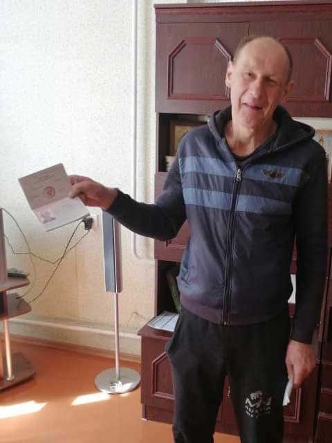 dovolnyy-dmitriy-s-poluchennym-pasportom