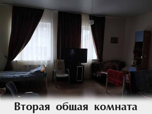 zal-s-televizorom-i-krovatyami
