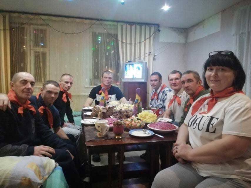 zhiteli-domov-trudolyubiya-za-prazdnichnym-stolom