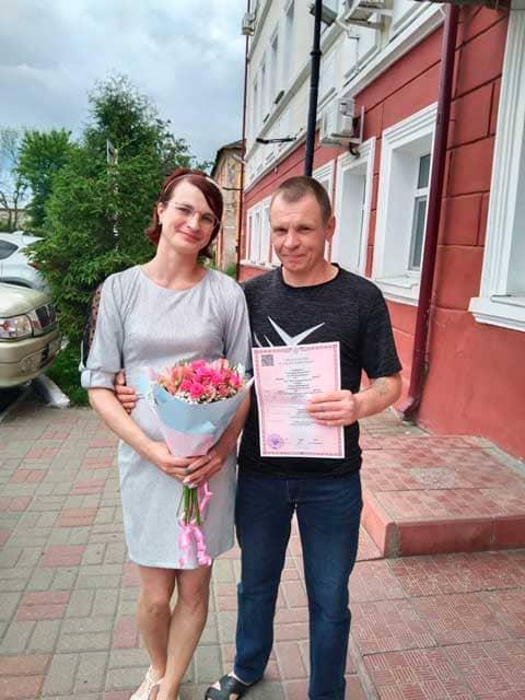 molodozhyony-u-dverey-zagsa